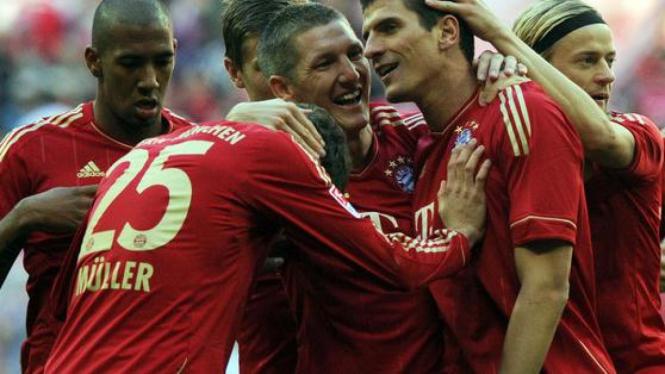 Pemain Bayern Munich rayakan gol Mario Gomez