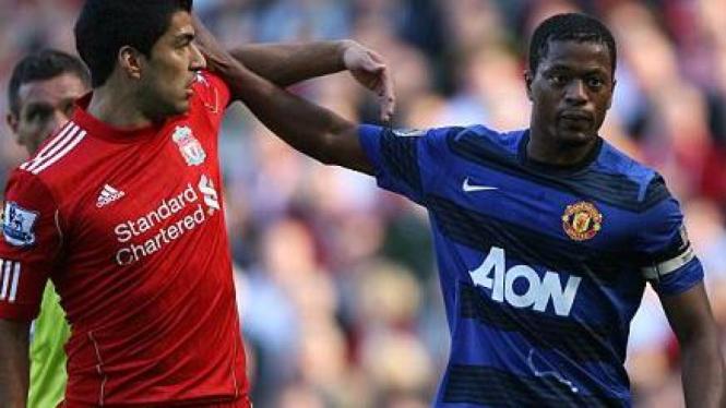 Luis Suarez (kiri) bersitegang dengan Patrice Evra