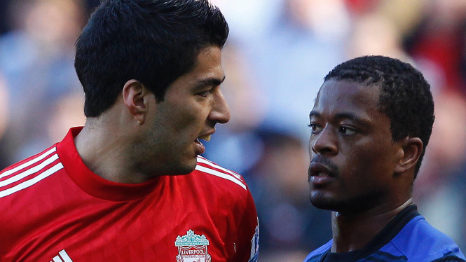 Patrice Evra (biru) dengan Luis Suarez