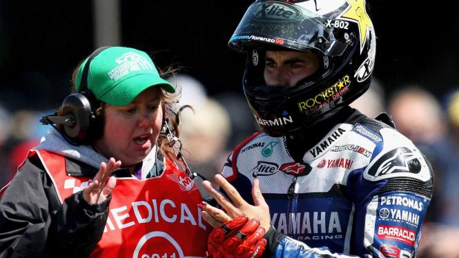 Jorge Lorenzo (kanan) mengalami kecelakaan di MotoGP Australia