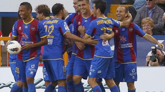 Pemain Levante merayakan gol