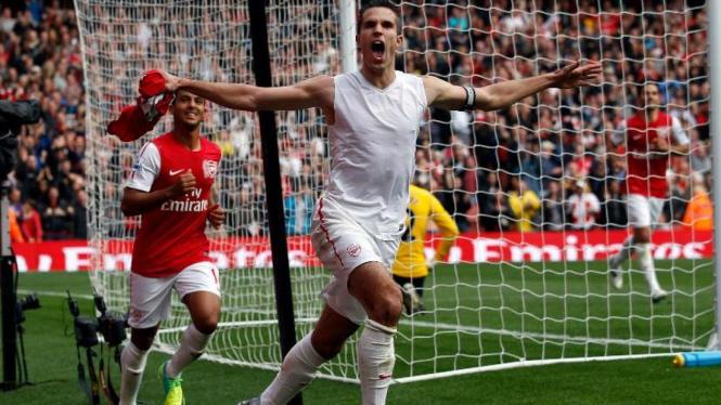 Robin van Persie merayakan gol lawan Sunderland