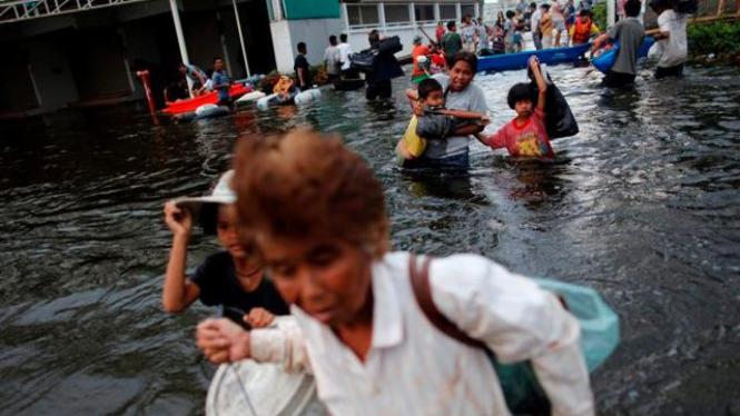 Penduduk provinsi Ayutthaya, Thailand, mengarungi banjir