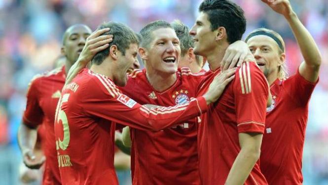 Pemain Bayern Munich merayakan gol Mario Gomez