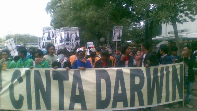 Demonstrasi Cinta Darwin Saleh