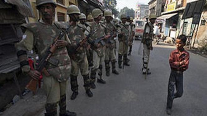 Polisi India berjaga di Kota Ayodhya