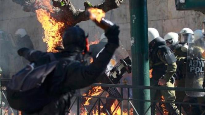 Bentrok demonstran dan aparat di Athena, Yunani