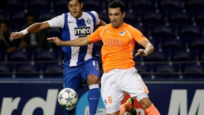 Striker FC Porto, Hulk de Souza (kiri), saat lawan APOEL