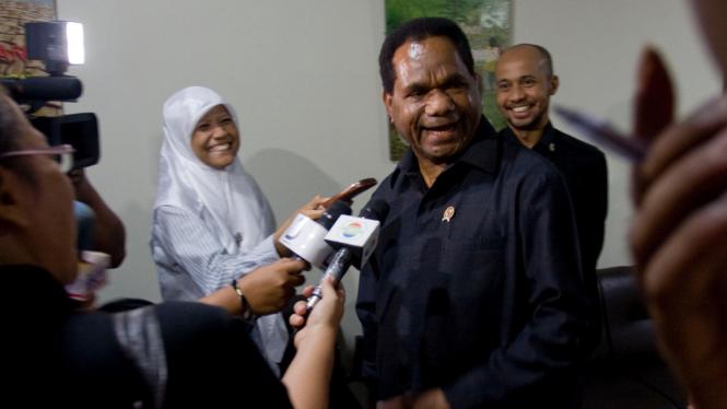 Menteri Lingkungan Hidup Berth Kambuaya