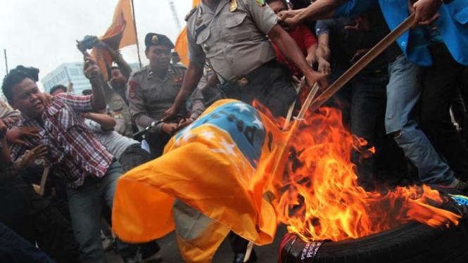 Unjuk Rasa Mahasiswa Memperingati Tujuh Tahun SBY di Depan Istana