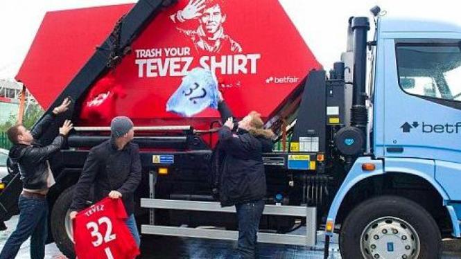 Fans Manchester United dan Manchester City membuang seragam Carlos Tevez
