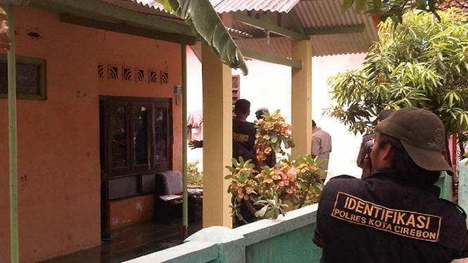 Penggeledahan rumah tersangka teroris Yadi Suryadi di Cirebon