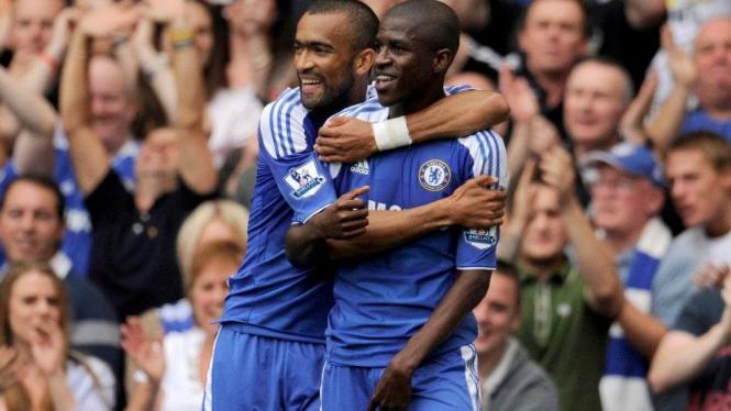 Pemain Chelsea, Ramires (kanan) dan Jose Bosingwa