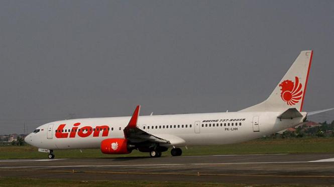 Pesawat Lion Air melakukan lepas landas