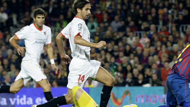 Javi Varas (kuning) saat melawan Barcelona