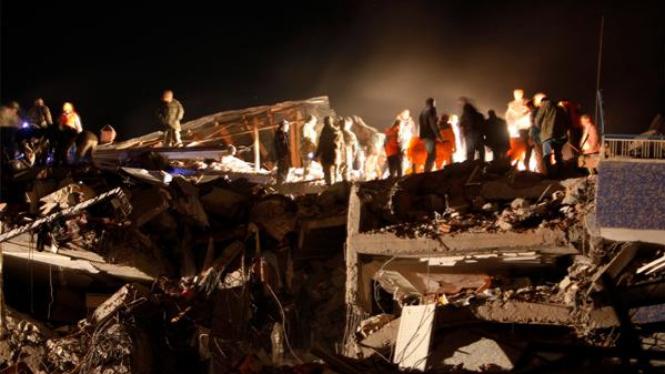 Gedung runtuh akibat gempa di Ercis, Turki.