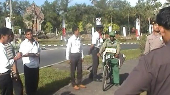 Pesepeda ontel merekonstruksi aksinya lewat di depan Presiden SBY