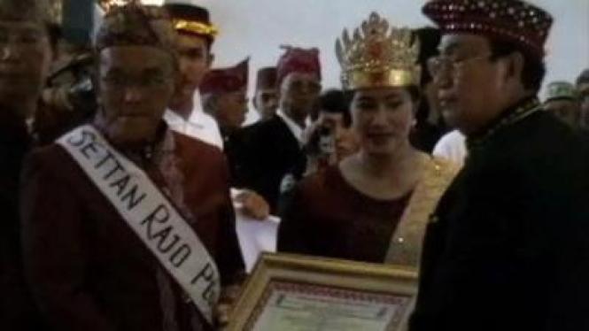 Aburizal Bakrie menerima gelar Suttan Raja Perkasa Alam