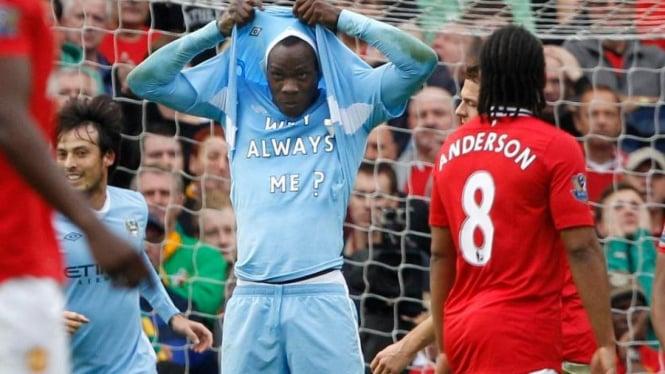Mario Balotelli merayakan gol ke gawang Manchester United