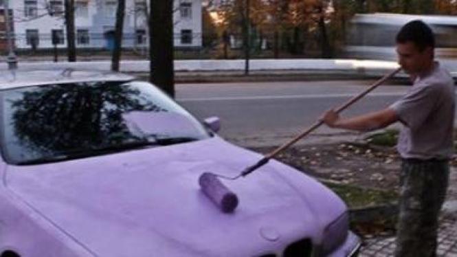 BMW yang dipakir sembarangan dicat menjadi warna merah jambu alias pink