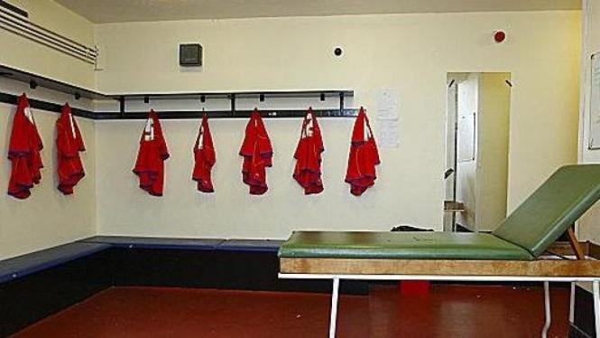 Ruang ganti di Stadion Recreation, markas Aldershot Town