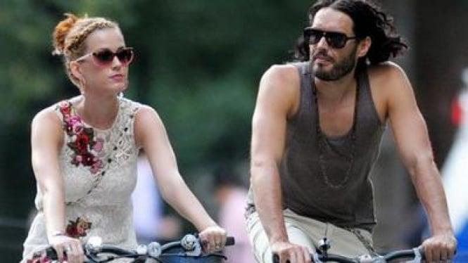 Katy Perry dan Russell Brand Bersepeda