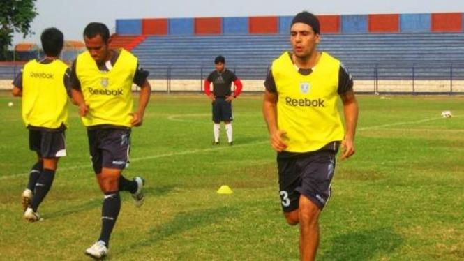 Gustavo Lopes (kanan)