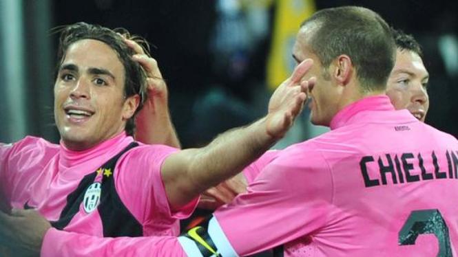 Alessandro Matri (depan) merayakan golnya ke gawang Fiorentina