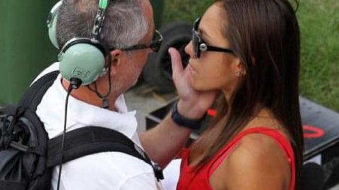 Pacar Marco Simoncelli, Kate, saat ditenangkan pasca insiden di Sepang