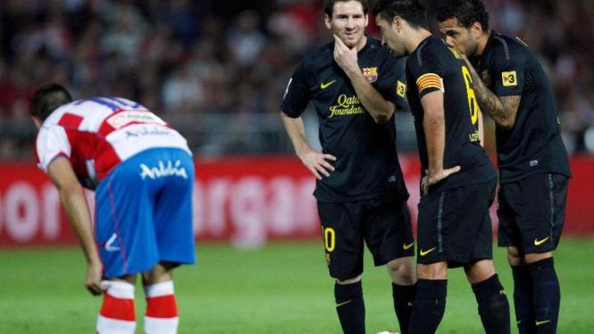 Lionel Messi, Xavi Hernandez dan Daniel Alves saat lawan Granada
