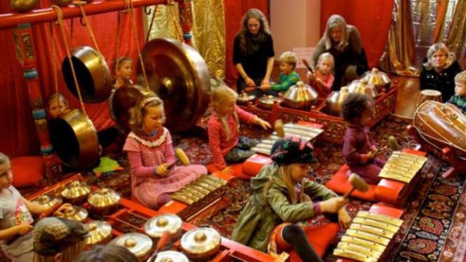 Anak-anak di Norwegia asyik bermain gamelan