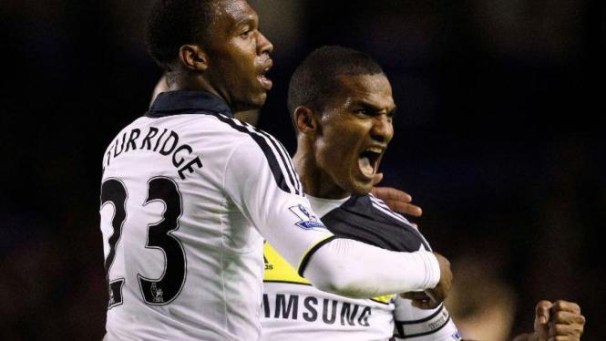 Daniel Sturridge dan Florent Malouda merayakan gol Chelsea