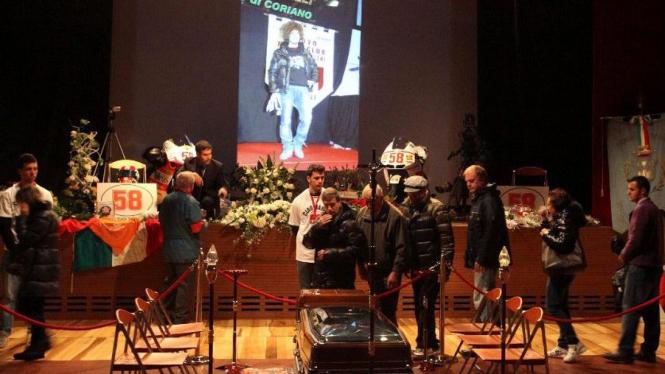 Fans melakukan penghormatan akhir terhadap jenasah Marco Simoncelli