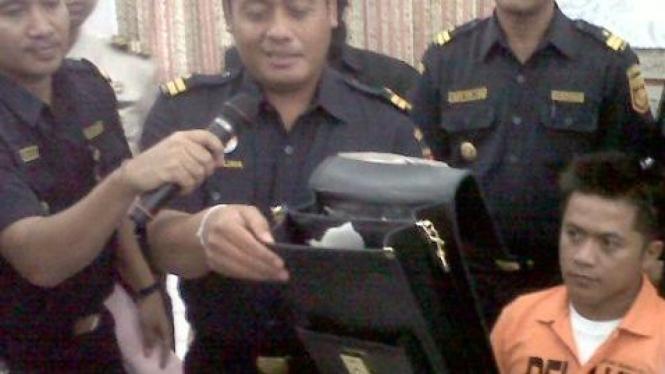 Petugas Bea Cukai lihatkan tas berisi narkoba kebal sinar X