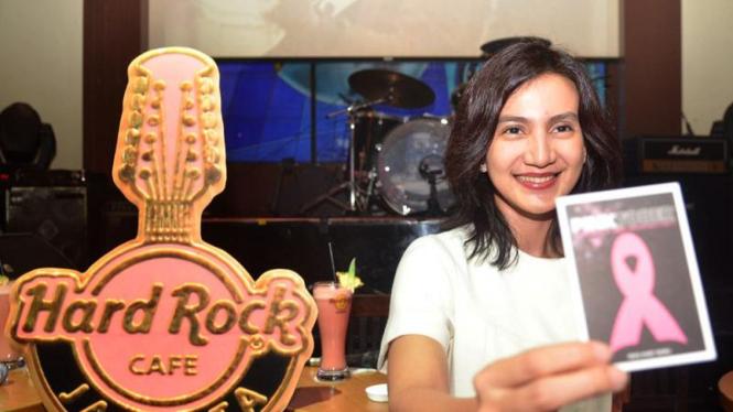 Wanda Hamidah saat acara Pinktober di Hard Rock Cafe