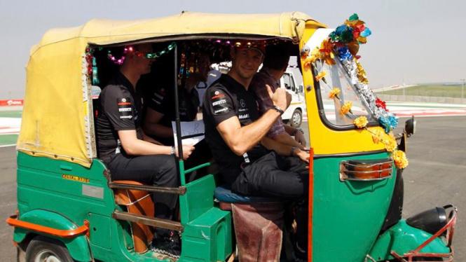 Aksi pembalap F1 mengendarai bemo