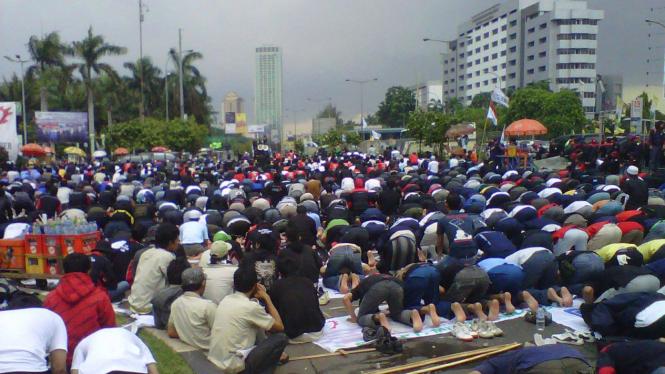 Demonstran BPJS salat Jumat di depan gedung DPR