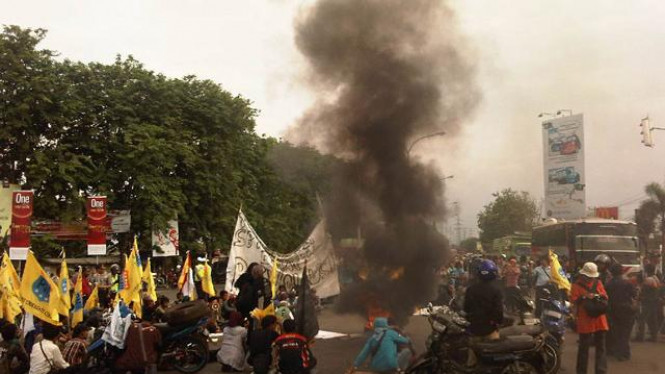 Demo Mahasiswa Blokir Jalur Pantura, Cirebon