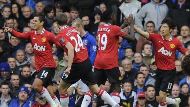 Javier Hernandez (kiri) merayakan gol