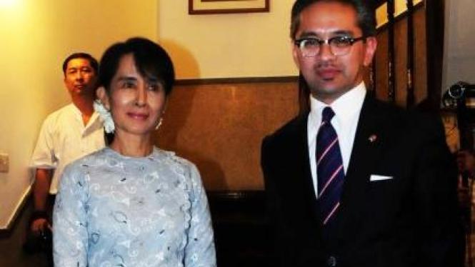 Menlu Marty Natalegawa dan Daw Aung San Suu Kyi
