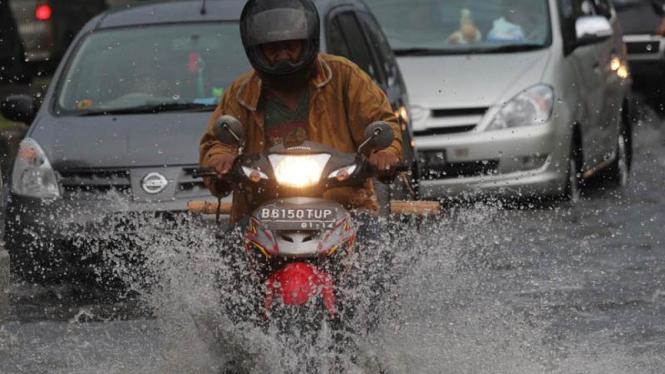 (Ilustrasi) Banjir Melanda Jl Daan Mogoot