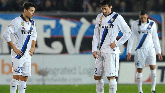 Pemain Inter Milan, Mauro Zarate (kiri) dan Diego Milito