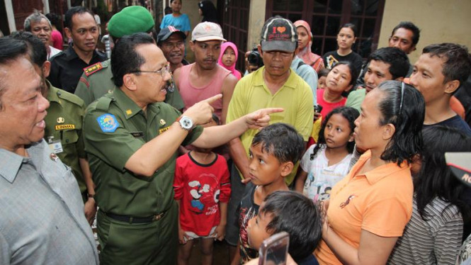 Fauzi Bowo & Agung Laksono Kunjungi Banjir Pondok Labu