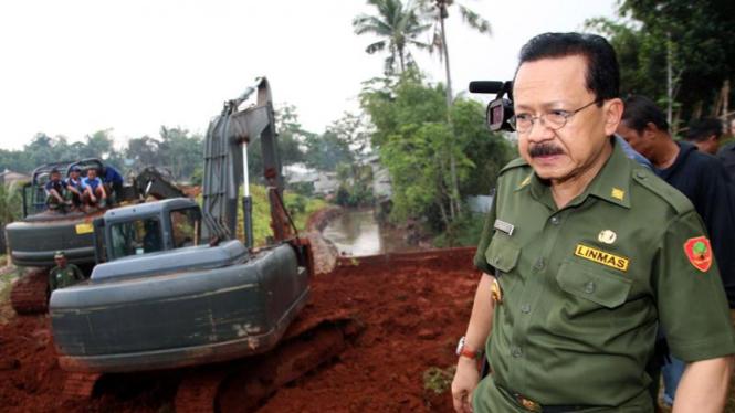Fauzi Bowo Kunjungi Banjir Pondok Labu