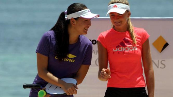 Peng Shuai (China/kiri) dan Daniela Hantuchova (Slovakia)