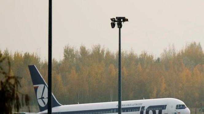 Pesawat LOT Airlines mendarat darurat di Warsawa, 1 November 2011