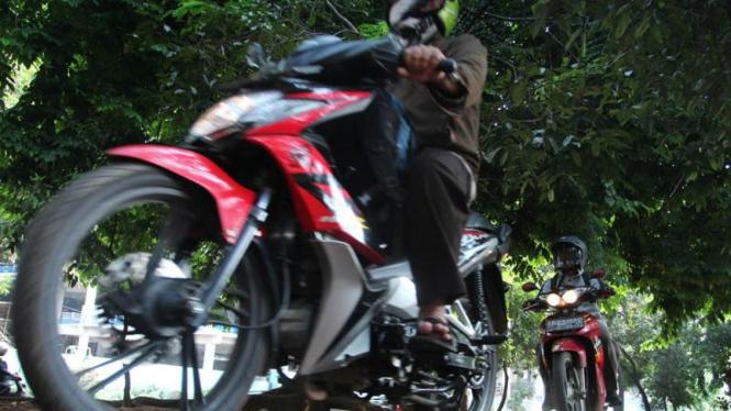 Pengendara Sepeda Motor Manfaatkan Jalur Hijau