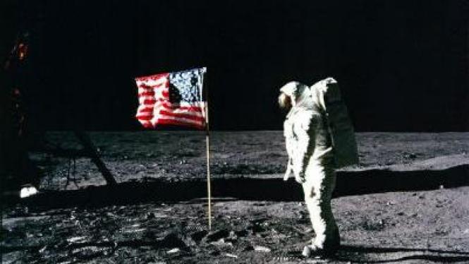 Pengibaran bendera di bulan