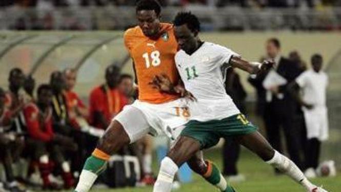 Pemain Burkina Faso Jonathan Pitroipa (putih)