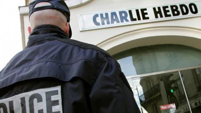 Polisi Prancis di kantor majalah Charlie Hebdo yang dibom.